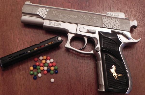 Pistol cu bile de plastic